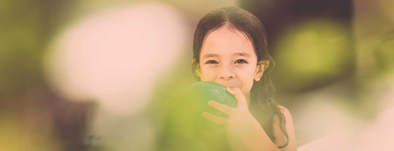 Petite fille qui tient un ballon dans ses mains - L'inclusion individuelle et ses difficultés