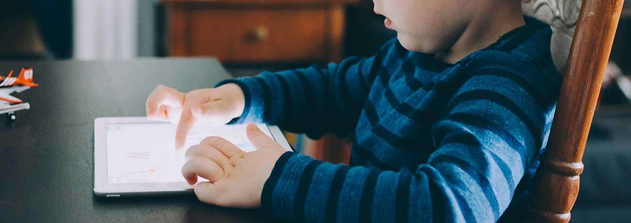 Enfant réalisant des exercices sur sa tablette