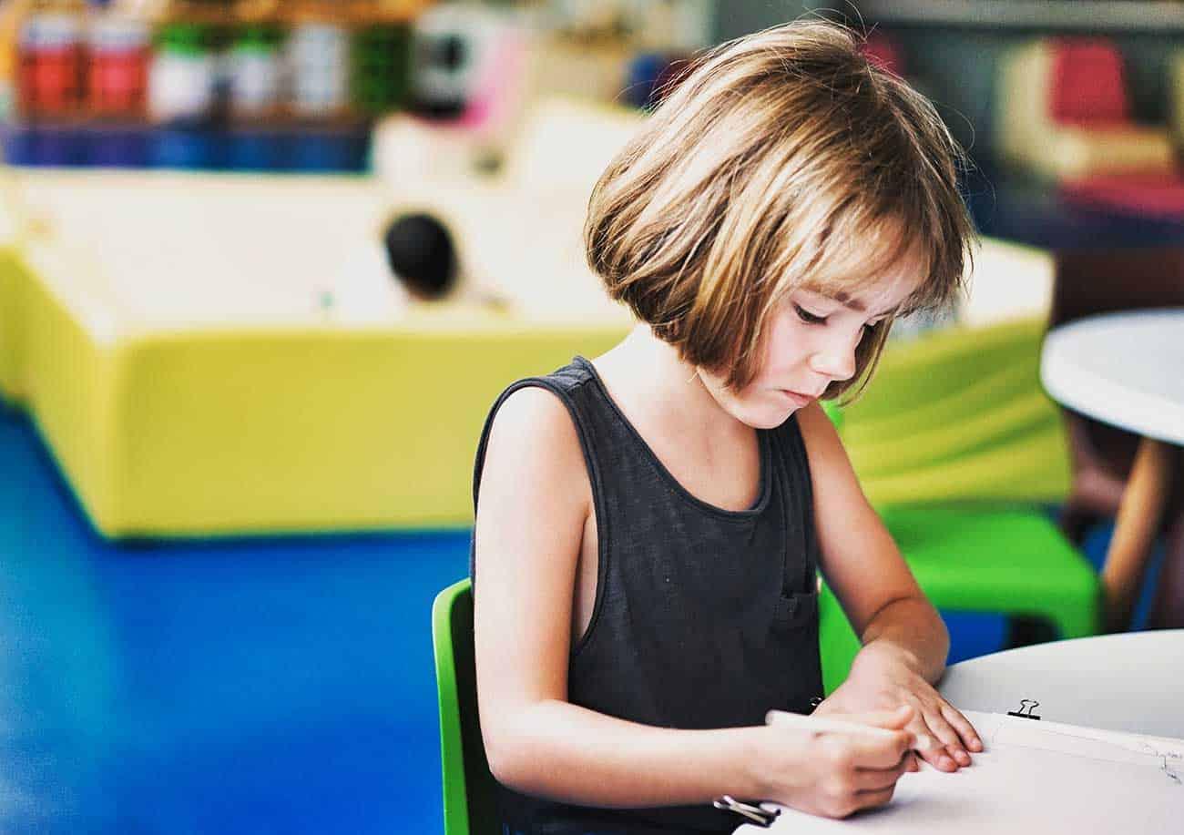 Petite fille réalisant un travail scolaire ou faisant ses devoirs d'école