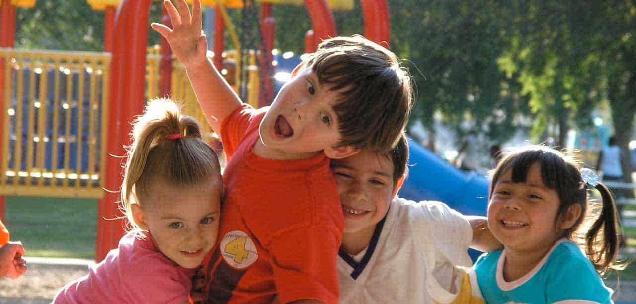 4 enfants jouant dans un parc
