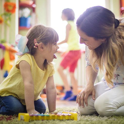 Enseignant et enfant en classe de maternelle